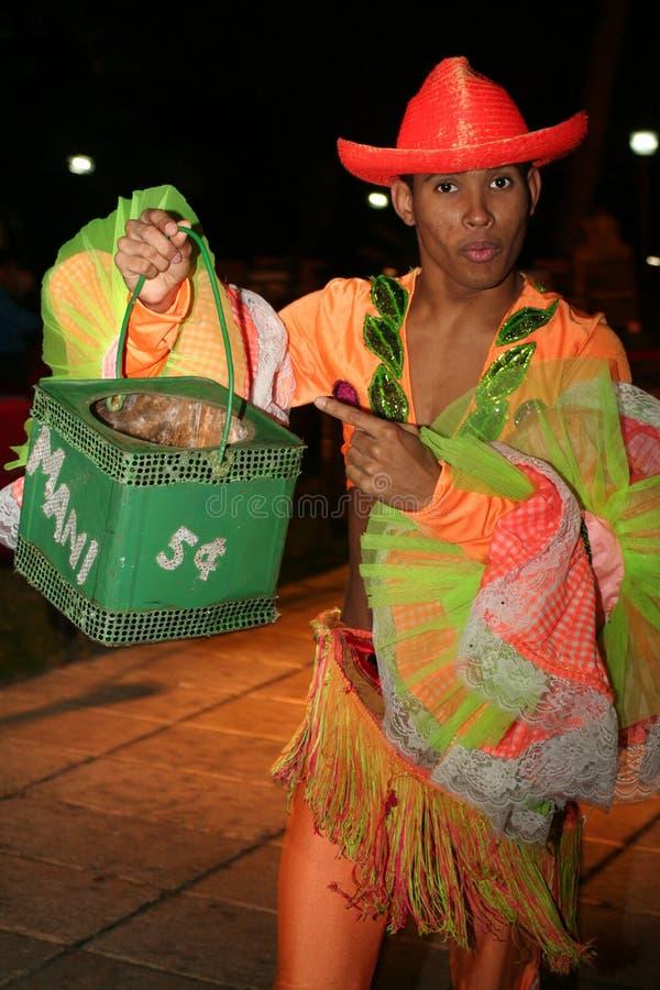 Il ballerino cubano raccoglie i soldi dopo la manifestazione immagine stock