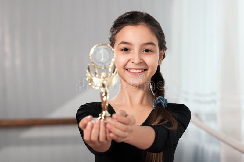 Il ballerino della ragazza mostra la vittoria della tazza immagini stock libere da diritti