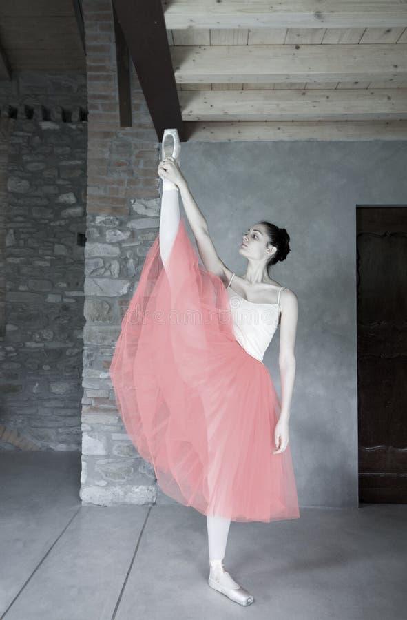 Il ballerino di balletto fa il riscaldamento prima della prestazione immagini stock libere da diritti