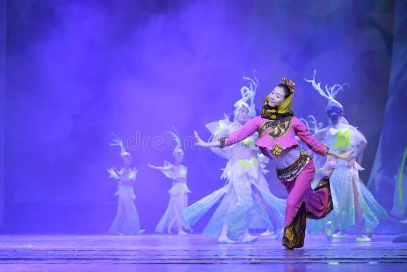Il ballerino femminile salta l'incanto minnan fotografia stock