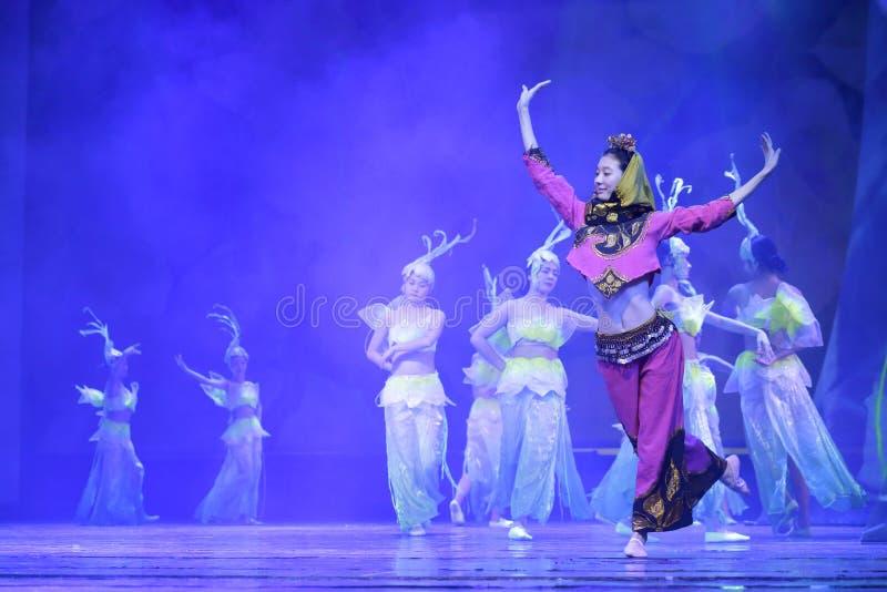 Il ballerino femminile salta l'incanto minnan immagini stock libere da diritti
