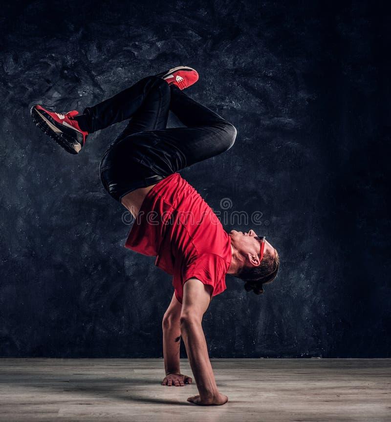 Il ballerino hip-hop di stile esegue gli elementi acrobatici di breakdance fotografia stock