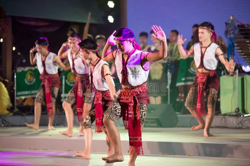 Il ballo d'inscatolamento antico è ballare tailandese tradizionale di nordest nei partecipanti partecipa alla celebrazione di tur fotografia stock