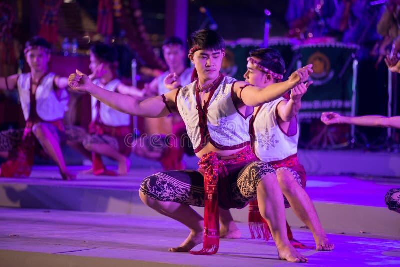 Il ballo d'inscatolamento antico è ballare tailandese tradizionale di nordest nei partecipanti partecipa alla celebrazione di tur fotografia stock libera da diritti