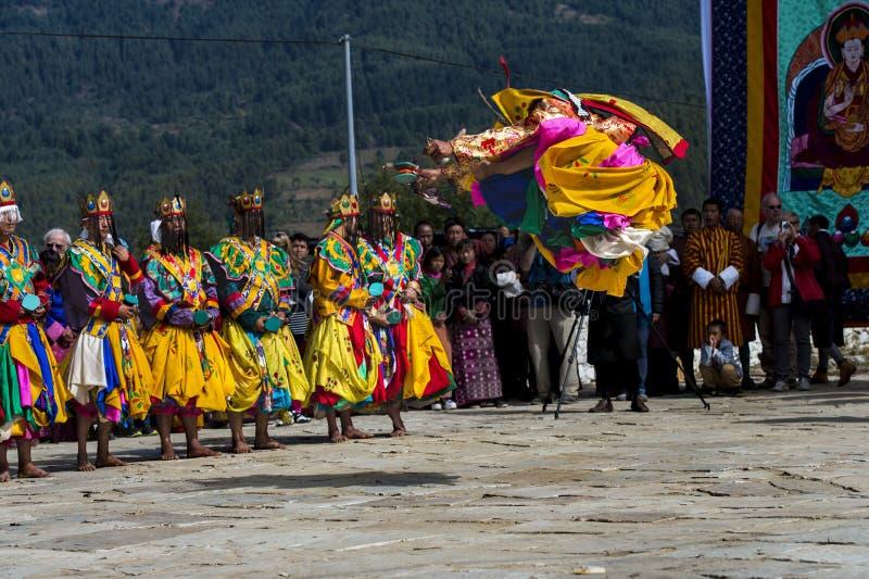 Il ballo di Cham, un ballerino salta il livello incredibile, Bumthang, Bhutan centrale fotografia stock
