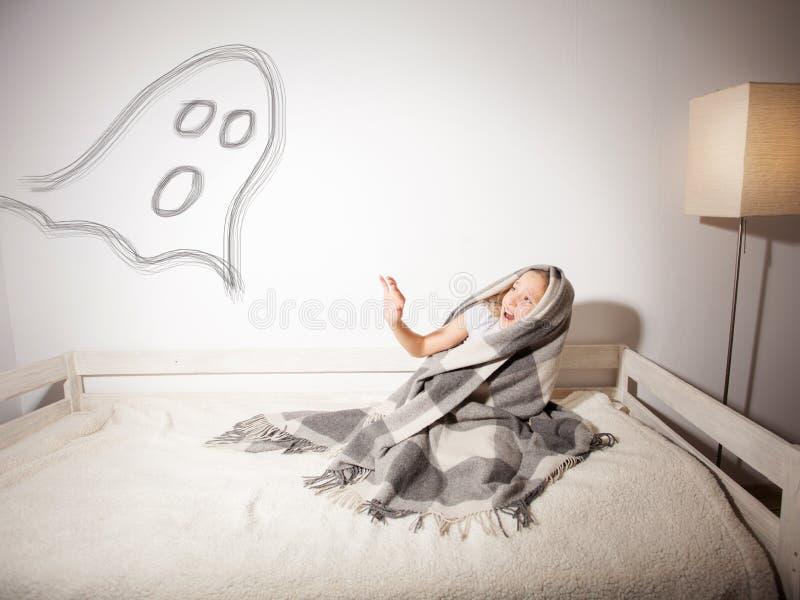 Il bambino è impaurito del fantasma fotografia stock libera da diritti