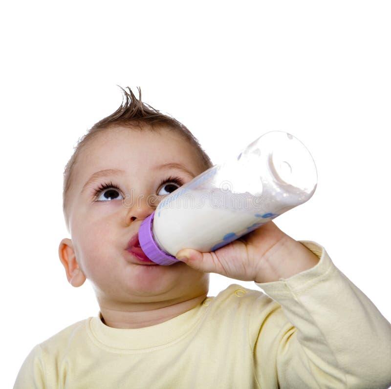 Il bambino è latte alimentare fotografia stock