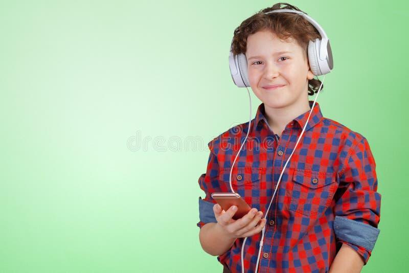 Il bambino è musica d'ascolto con le cuffie fotografia stock libera da diritti