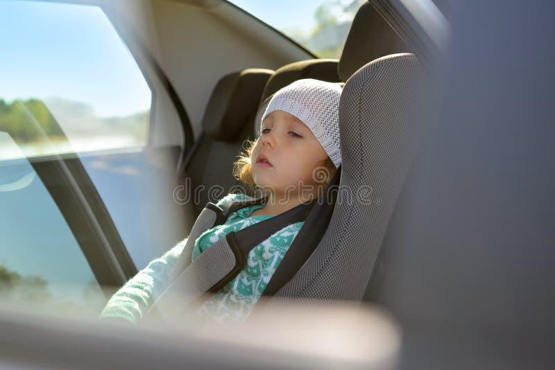 Il bambino è nell'automobile Sedile del bambino nell'automobile immagine stock