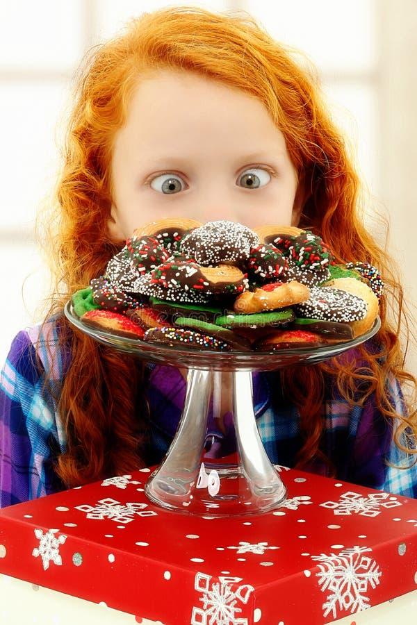 Il bambino adorabile della ragazza ha eccitato circa i biscotti fotografia stock libera da diritti