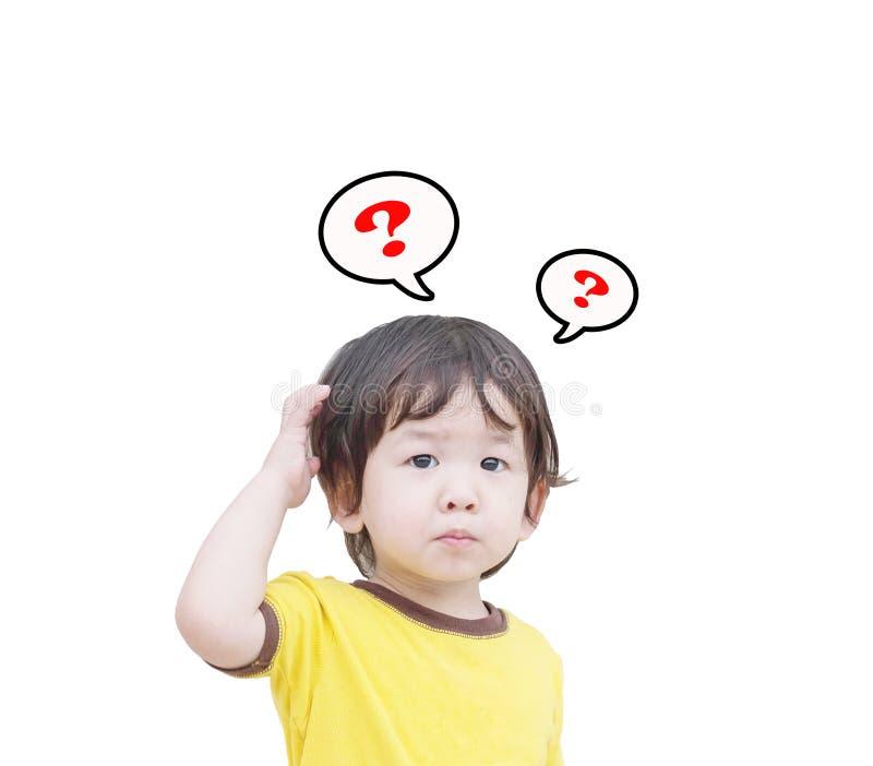 Il bambino asiatico sveglio del primo piano dentro confonde il moto con il segno del punto interrogativo isolato su fondo bianco fotografie stock libere da diritti