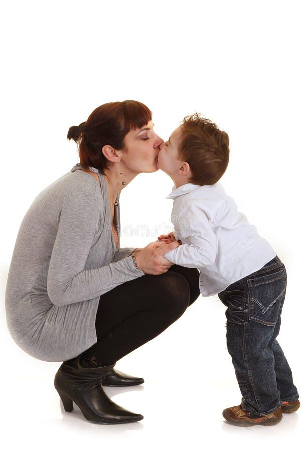 Il bambino bacia la sua madre fotografia stock libera da diritti