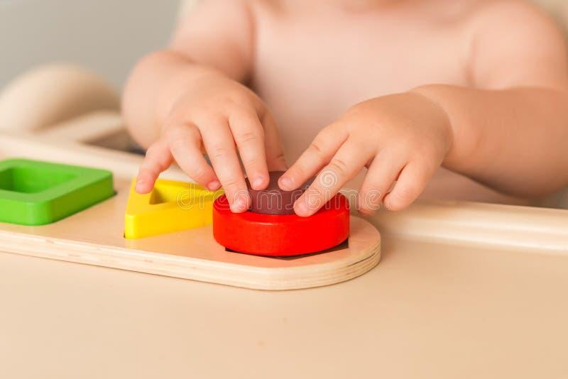 Il bambino a casa sta manipolando il materiale di montessori per imparare Fine in su Vista laterale fotografie stock libere da diritti