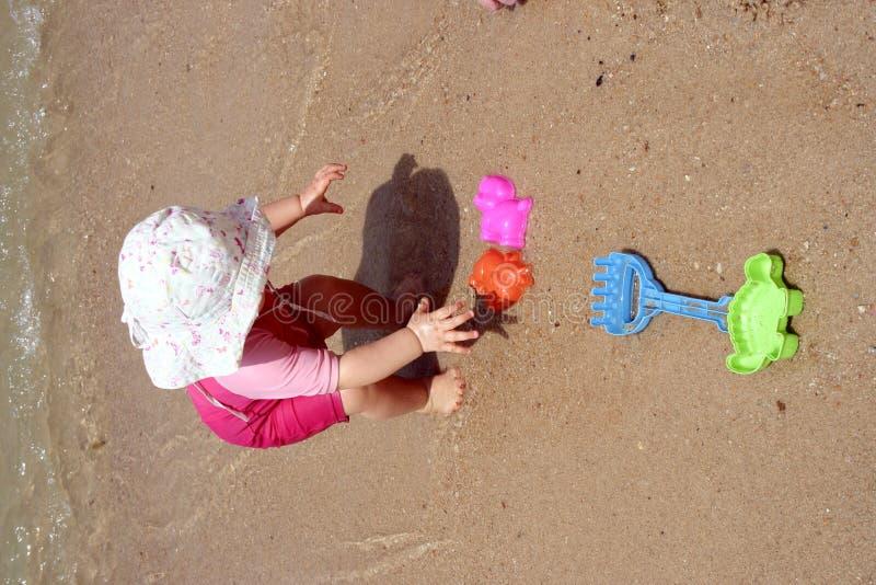 Il bambino che prende gioca alla spiaggia fotografia stock
