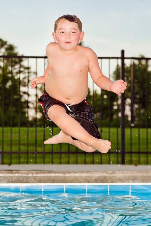 Il bambino che salta nel raggruppamento fotografia stock libera da diritti