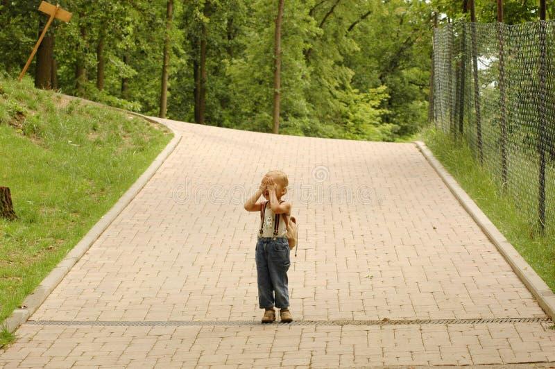 Il bambino copre il suo fronte. fotografia stock libera da diritti
