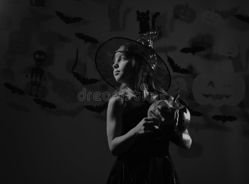 Il bambino in costume spettrale delle streghe tiene la lanterna della presa o fotografia stock libera da diritti