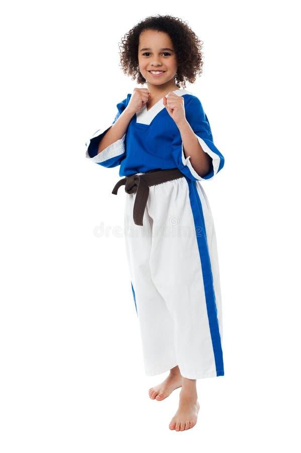 Il bambino di kung-fu nell'azione, si prepara per più immagine stock libera da diritti