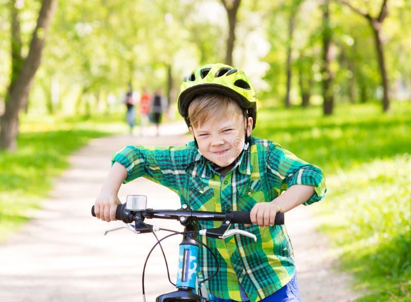 Il bambino divertente impara guidare una bici immagini stock