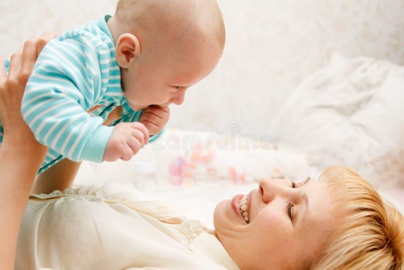 Il bambino e la mummia fotografia stock libera da diritti