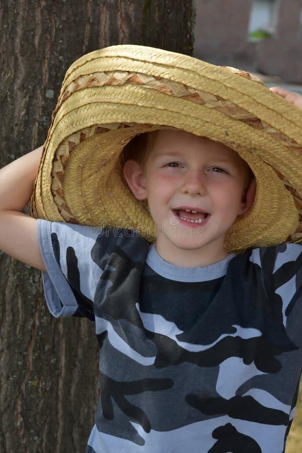 Il bambino in età prescolare porta un grande cappello di paglia messicano fotografie stock