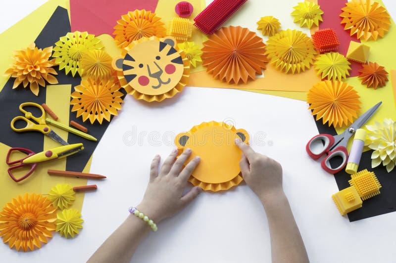 Il bambino fa una carta fatta a mano Origami della tigre immagini stock