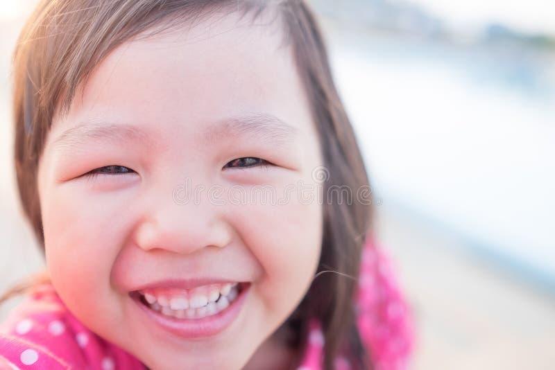 Il bambino felice prende un selfie fotografia stock