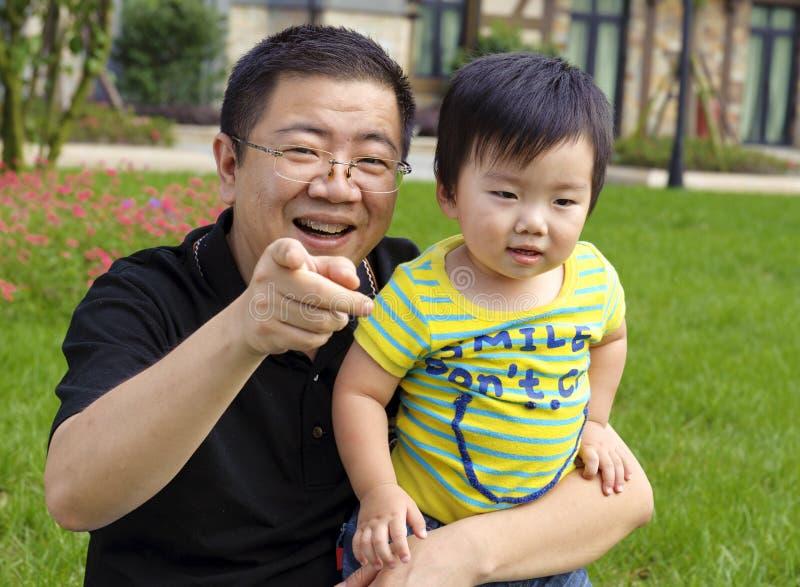 Il bambino felice sta giocando con il suo padre fotografie stock libere da diritti