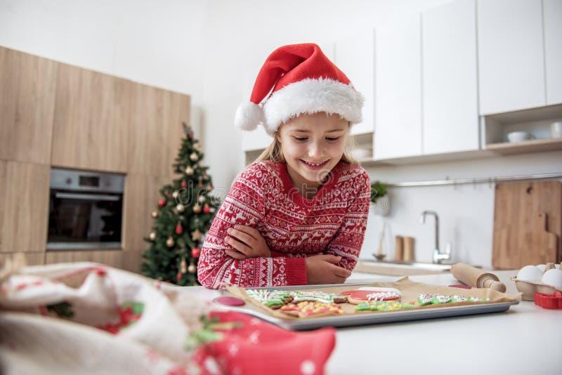Il bambino femminile sveglio vuole mangiare i biscotti di Natale fotografia stock libera da diritti