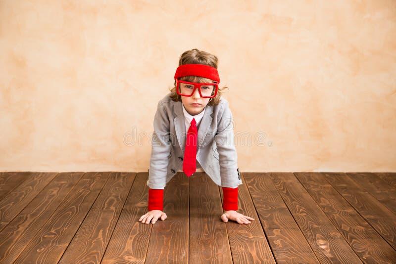 Il bambino finge di essere uomo d'affari fotografia stock libera da diritti