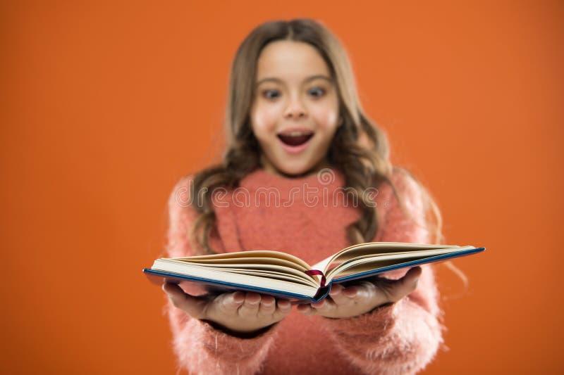 Il bambino gode del libro di lettura Concetto del deposito di libro Libri per bambini liberi meravigliosi disponibili leggere La  fotografia stock