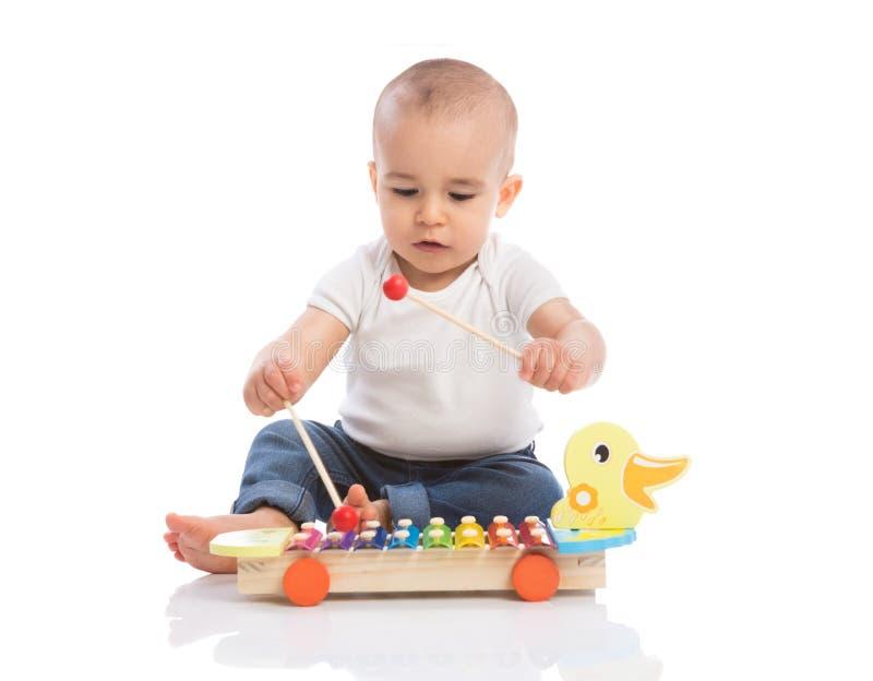Il bambino gode di nella musica del ritmo immagine stock libera da diritti