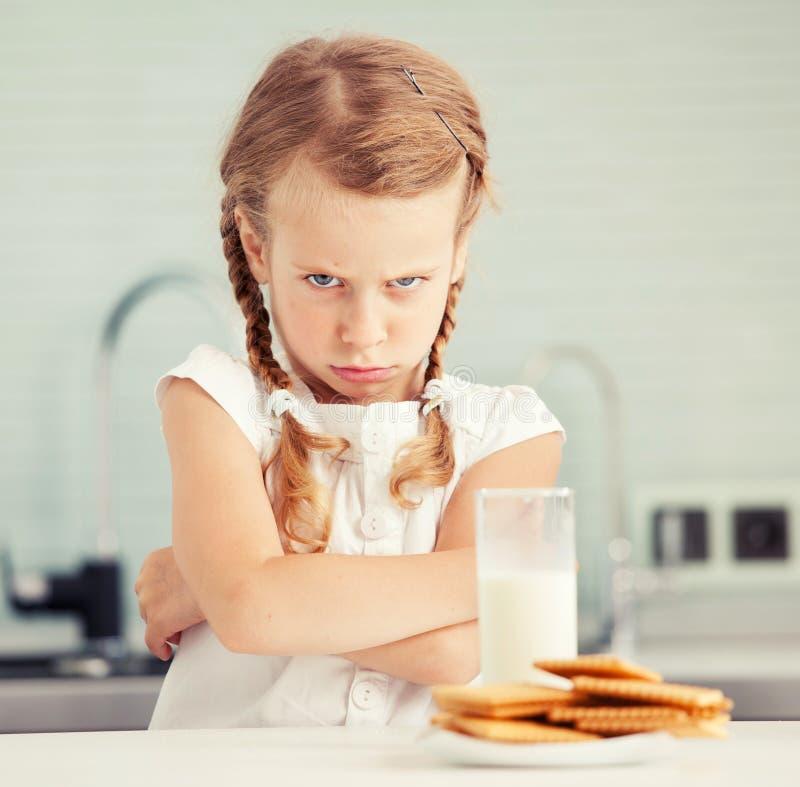 Il bambino guarda con repulsione per alimento fotografie stock libere da diritti
