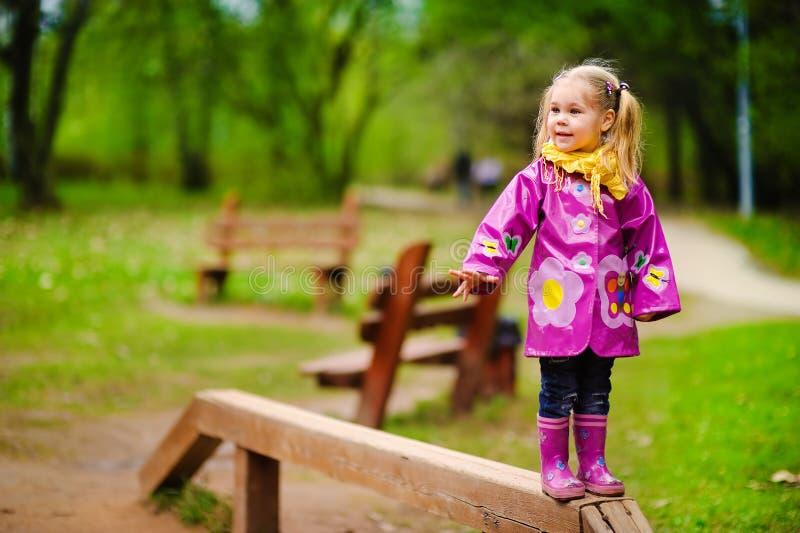 il bambino ha divertimento giocare ad un campo da giuoco. fotografia stock