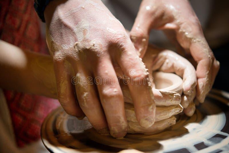 Il bambino impara come scolpire un piatto ceramico fotografie stock libere da diritti