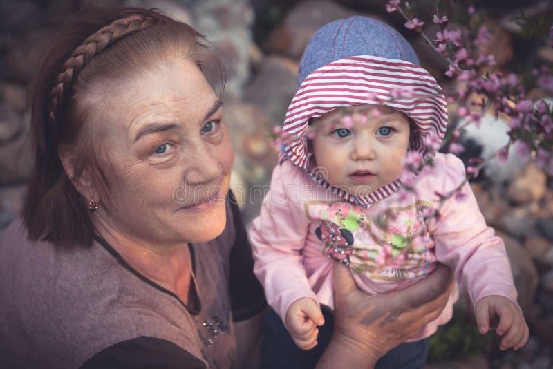Il bambino impara la bellezza del mondo con sua nonna fotografia stock