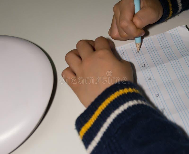 Il bambino impara scrivere la lettera a immagini stock