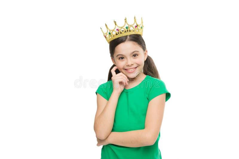 Il bambino indossa il simbolo dorato della corona di principessa Sogni e fiabe Ogni ragazza che sogna per trasformarsi in in prin fotografia stock