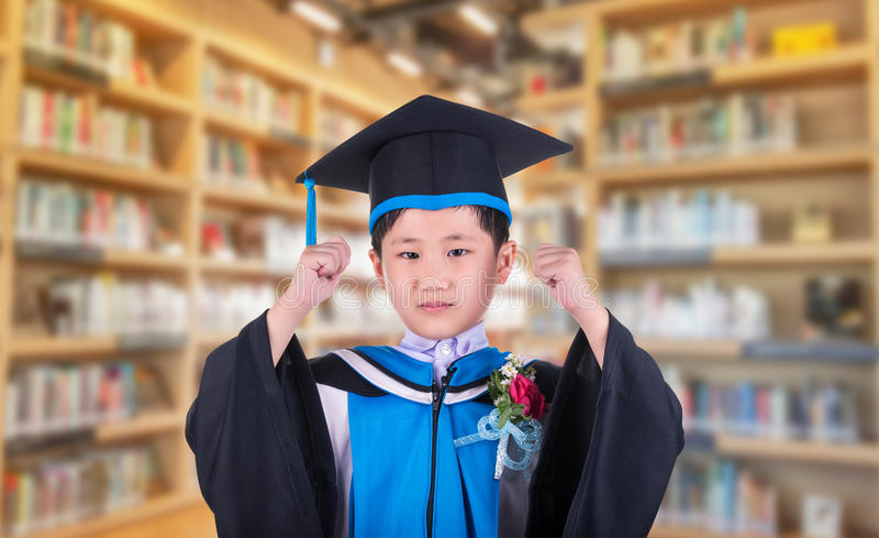 Il bambino indossa un con tanti fronzoli ha espresso la sua delizia al successo al edu fotografie stock