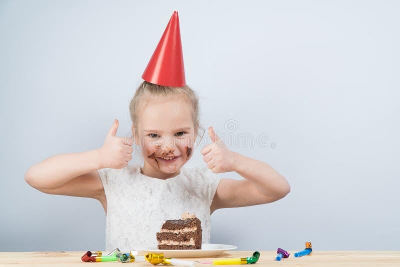 Il bambino mangia il dolce compleanno di compleanno del bambino fotografie stock