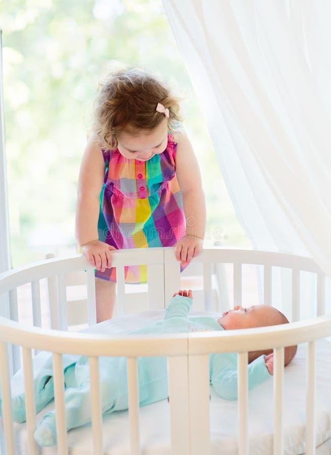 Il bambino neonato incontra sua sorella immagini stock libere da diritti