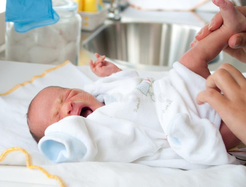 Il bambino ottiene i pannolini variabili fotografia stock