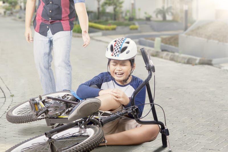 Il bambino ottiene l'incidente con la suoi bici e gridare immagine stock libera da diritti