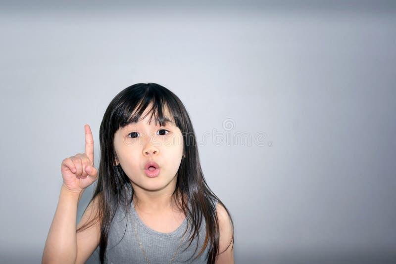 Il bambino presenta la nuova idea fotografia stock