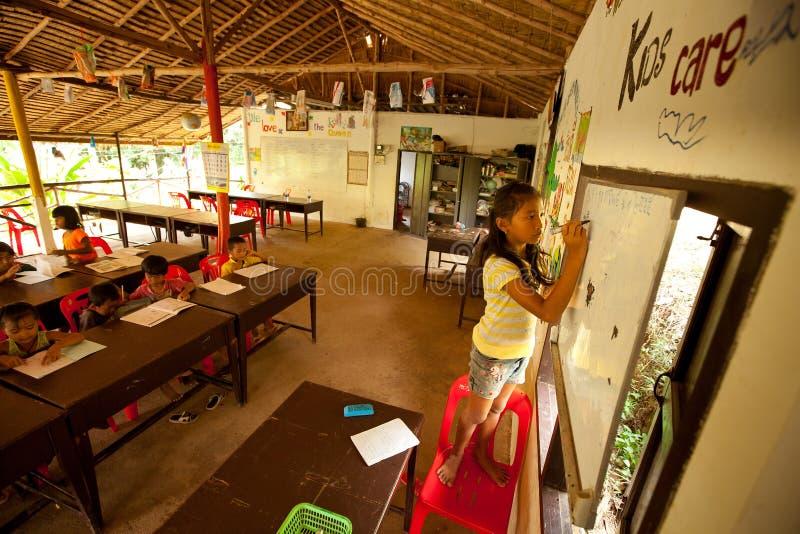 Il bambino scrive sulla lavagna nell'aula fotografia stock libera da diritti