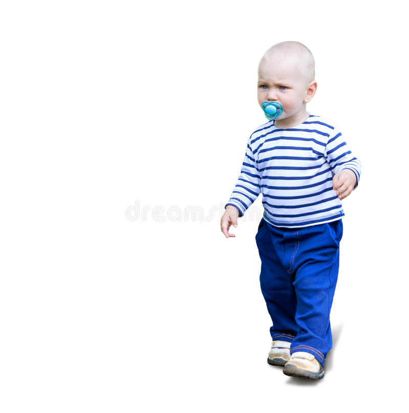 Il bambino serio del bambino va all'aperto con la tettarella del soother su bianco fotografie stock