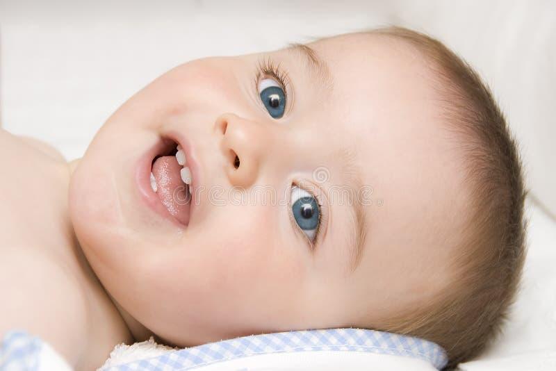 Il bambino si è disteso dopo il bagno. fotografie stock libere da diritti