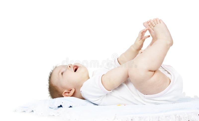 Il bambino si trova su un pannolino immagine stock