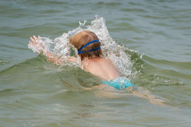 Il bambino si tuffa sotto l'acqua sul lago Migliorare ed imparare nuotare Stile di vita sano fotografia stock libera da diritti