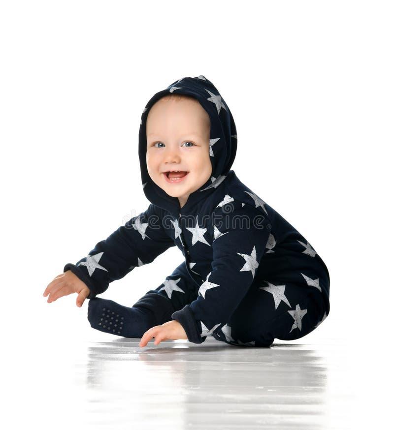 Il bambino sorridente striscia isolato su bianco immagini stock libere da diritti